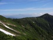 小朝日岳からの稜線越しに遠望する月山