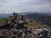 朝日岳山頂で夫婦登山者と出会い