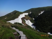 避難小屋手前から眺める割引岳(左)と巻機山(右)