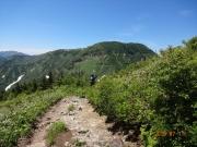 神楽ヶ峰の先から苗場山頂を眺望