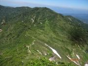 山頂の先から雷清水・神楽ヶ峰を眺望