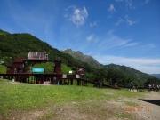 ロープウェイ天神平駅の背景に谷川岳
