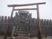 山頂にある駒ヶ岳神社。周囲は強風濃霧