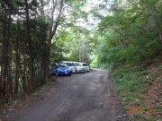 林道脇に何とか駐車し、登山出発