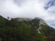 道中で見上げる摩利支天と雲の中の山頂