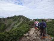 左手の仙丈ヶ岳に向かう登山者の列