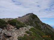 仙丈ヶ岳山頂の人の群れ!