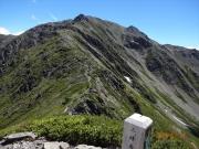 三峰岳から間ノ岳に向かう稜線登山道
