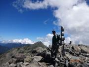 間ノ岳山頂で北岳をバックに記念撮影
