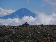 間ノ岳山頂で積み石ケルンと富士山