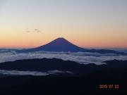 テント場から見る夜明け前の富士山