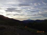 荒川小屋キャンプ場から夜明けの富士山眺望