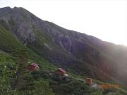 荒川小屋と悪沢岳を背に縦走出発