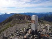 赤石岳山頂から避難小屋を見下ろす
