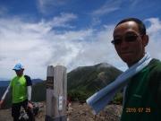 兎岳山頂にて、準備運動中の彼と私
