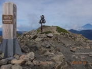聖岳山頂にて、背景に富士山