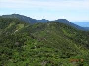 茶臼岳から光岳(左奥)への縦走路眺望