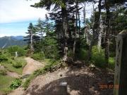 光岳山頂から茶臼岳(右奥)を眺望