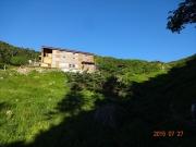 下山道から茶臼小屋を見上げる