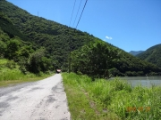 長い林道歩き(奥に南アルプス登山指導センター)