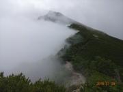 塩見岳への稜線は左側が濃い霧