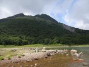 五色沼から眺める奥白根山頂