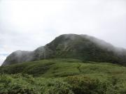 笹平から雨飾山山頂を眺望