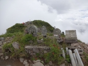石仏山頂の背後にもう一つ山頂