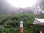 霧に包まれた猿倉荘・登山口