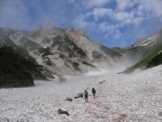 徐々に霧が晴れた大雪渓を登る