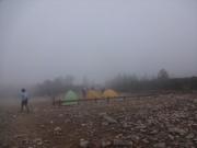 霧中の常念乗越のテント場