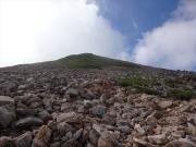 霧晴れの常念岳山頂を眺望