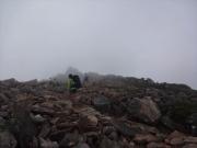 霧中の常念山頂を目指す健脚女性