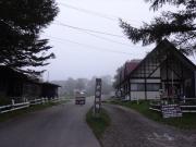 戸隠牧場を通り抜けて登山口へ向かう