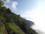登山道から眺める朝日の黒姫山と雲海