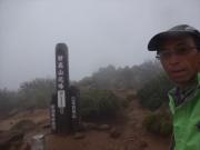 妙高山北峰は強風霧雨