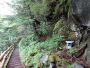 登山道脇には壊れかけた祠