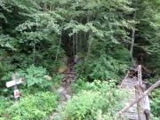 通行止めの橋の脇に新登山道
