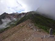 御岳山頂への縦走道を眺望