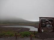 畳平から出発。目の前の富士見岳も霧霞