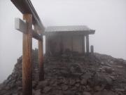 霧雨の乗鞍岳剣ヶ峰山頂