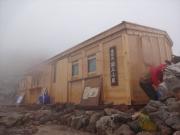 霧雨の乗鞍岳頂上小屋