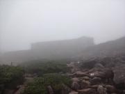 霧に煙る笠ヶ岳山荘