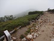 霧の先に微かな山影が見える五光岩ベンチ