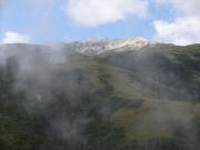 霧が薄れて薬師岳が姿を見せる