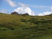 青空の下の太郎平小屋