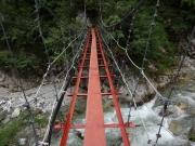 薬師沢小屋の直ぐ先の吊り橋を渡る