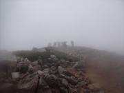 鷲羽岳の下山途中に、登山者を見上げる