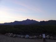 三俣山荘前で夜明けの槍ヶ岳を眺望