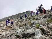 雄山から下山する児童達